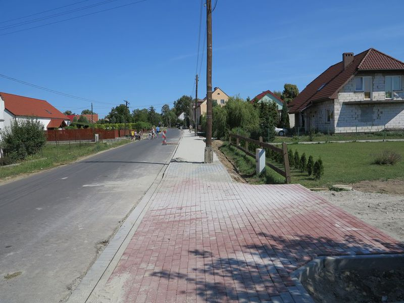 Zdjęcie przedstawia widok ulicy Długiej w Wilkowie po wykonaniu chodnika.