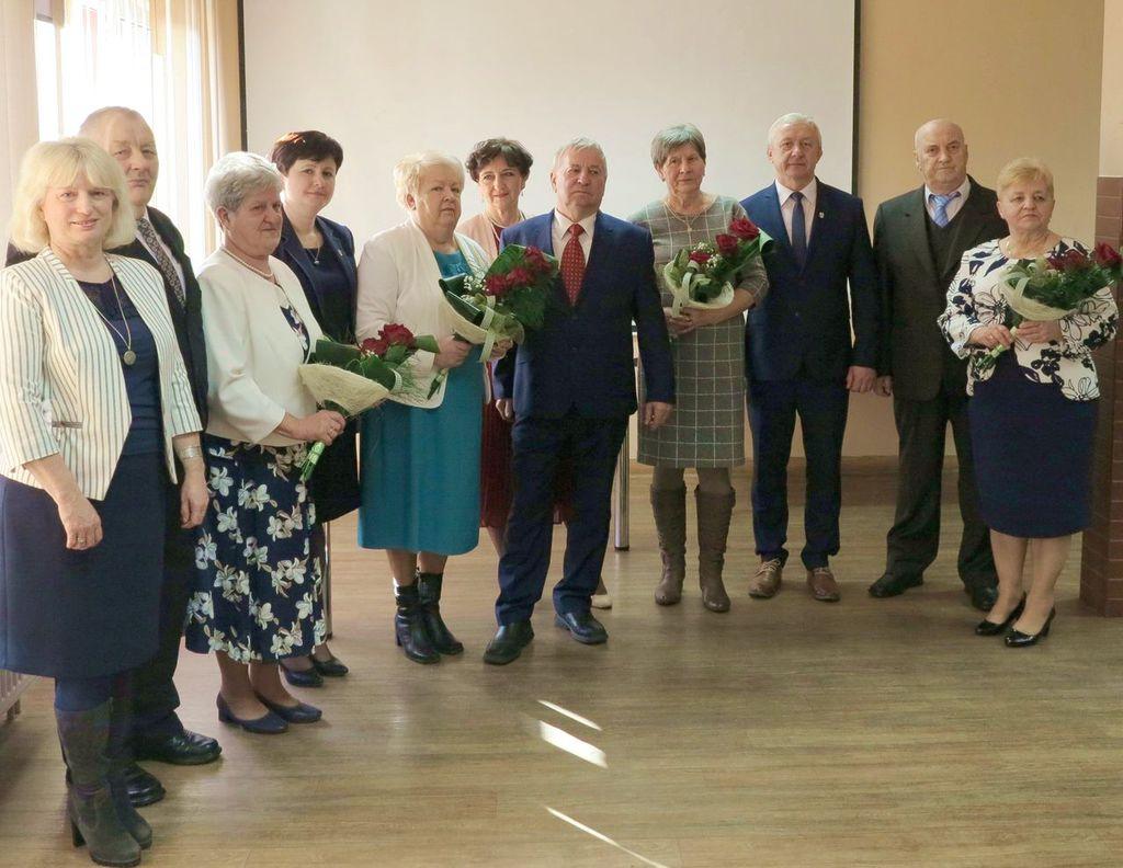 Zdjęcie przedstawia cztery pary odznaczono medalami za długoletnie pożycie małżeńskie oraz Wójta Pana Bogdana Zdyba, Sekretarz Gminy Wilków Panią Irenę Wagner-Cichosz z Panią Teresą Żółtaszek Skarbnikiem Gminy.