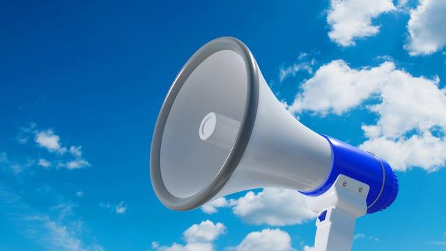 Głośnik zewnętrzny na niebieskim tle nieba służący do alarmowania ludności