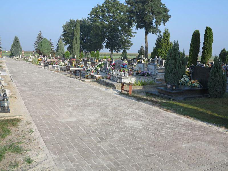 Remont chodnika na cmentarzu w Wilkowie-1.jpeg